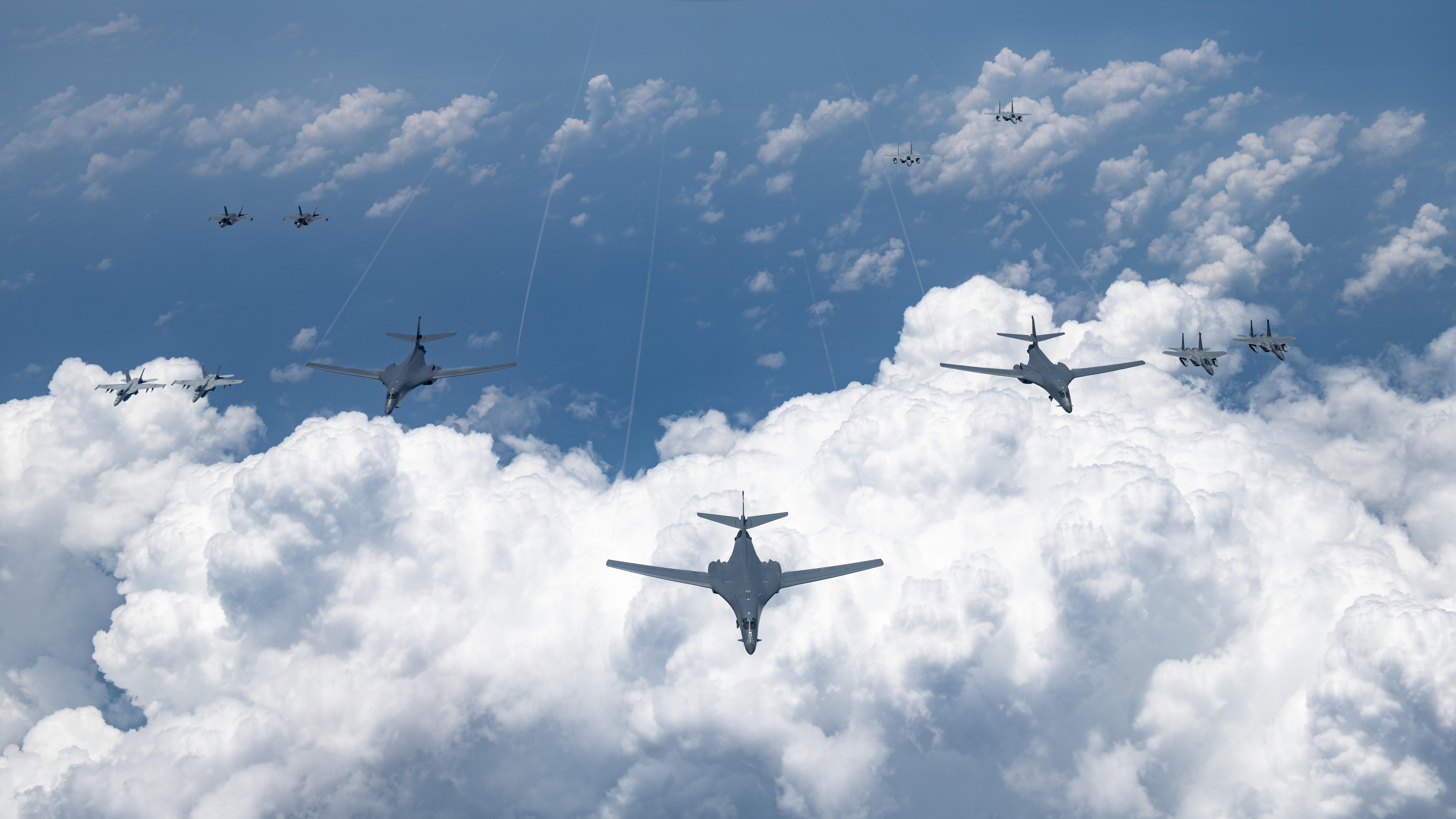 2020年8月18日,美國空軍、海軍、海軍陸戰隊和日本航空自衛隊進行了大規模的聯合演習。共4架B-1B轟炸機、兩架B-2轟炸機以及4架F- 15C鷹式戰機等在24小時內於印太地區同時執行了特遣任務。 (U.S. Air Force photo by Staff Sgt. Peter Reft)