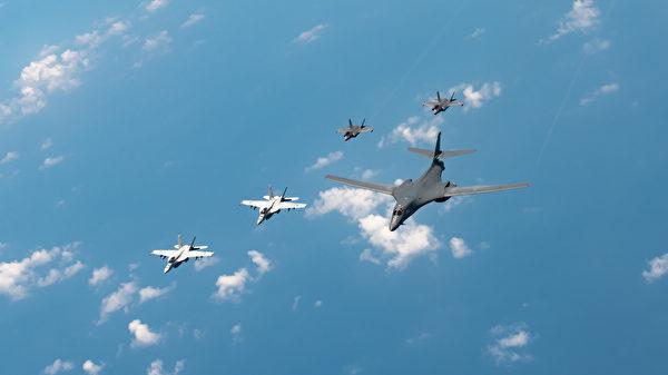 列根號航母打擊群的F/A-18大黃蜂戰鬥機、海軍陸戰隊F-35「閃電II」戰鬥機也參與了本次演習,以表明美國保衛印太地區和平的承諾。 (U.S. Air Force photo by Staff Sgt. Peter Reft)