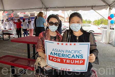 特朗普支持者黃倩女士(左)和珍妮女士(右)。(林樂予/大紀元)