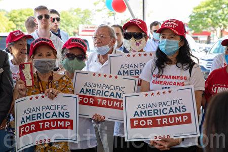 維珍尼亞州的亞裔特朗普支持者。(林樂予/大紀元)