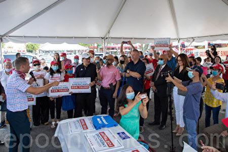 2020年8月18日,亞裔美國人挺特朗普維珍尼亞社區中心(Asian Pacific Americans for Trump Community Center in VA)揭幕,共和黨人士及各族裔「特粉」參加戶外慶祝活動。(林樂予/大紀元)