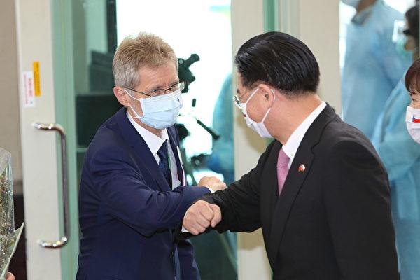 捷克參議院議長維特齊(Miloš Vystrčil)(左)8月30日率團訪台,外交部長吳釗燮(右)到場迎接,雙方互碰手臂代替握手。(林仕傑/大紀元)