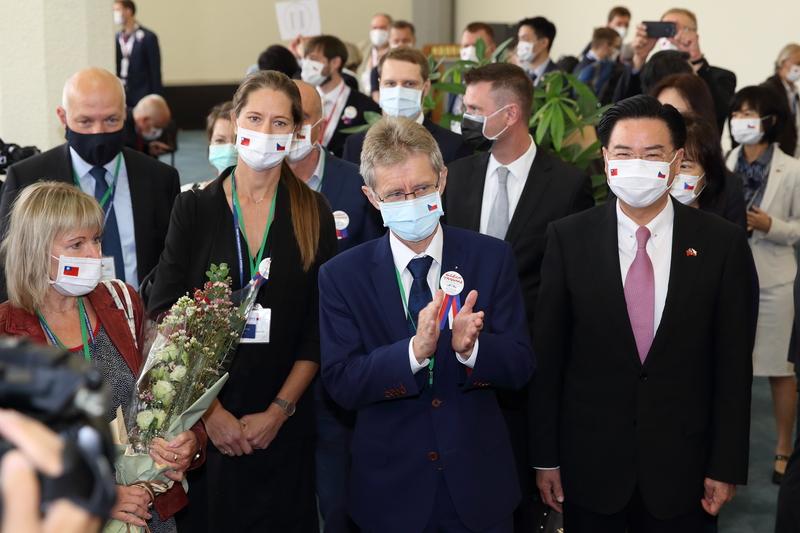 捷克參議院議長維特齊(Miloš Vystrčil)(右2)2020年8月30日率團訪台,外交部長吳釗燮(右)到場迎接。(林仕傑/大紀元)