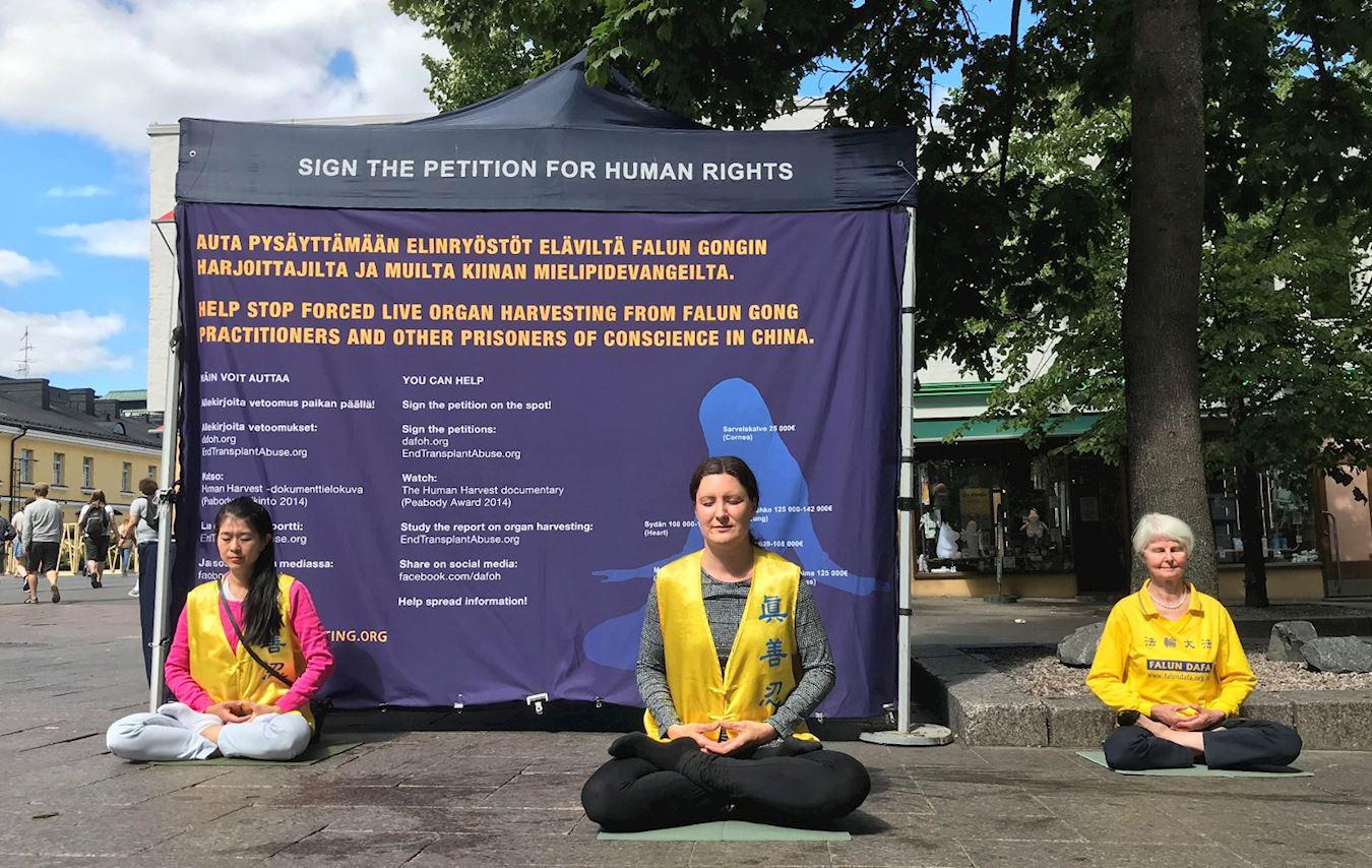 2020年8月1日,法輪功學員在芬蘭首都赫爾辛基的購物中心外舉辦講真相活動,揭露中共對法輪功長達21年的殘酷迫害。(明慧網)