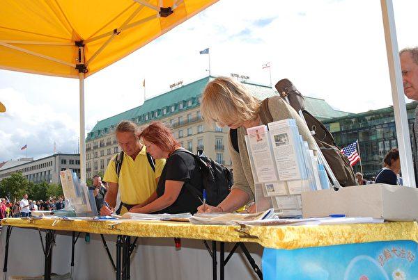 人們紛紛簽名,支持法輪功反迫害。(明慧網)