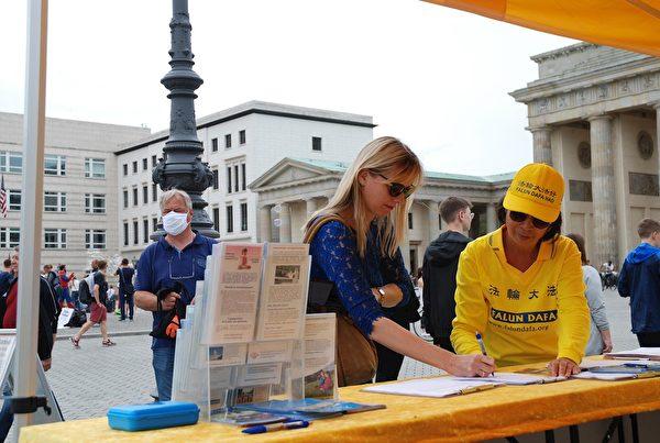 安尼亞·阿本德羅斯(Anja Abendroth)簽字支持反迫害。(明慧網)