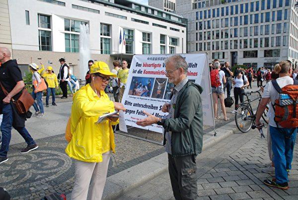 兩天的活動中,有不少民眾主動向法輪功學員索要介紹法輪功的資料。(明慧網)