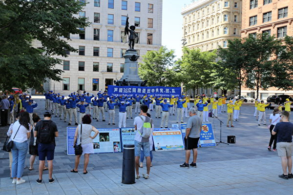 2020年8月8日下午,來自魁北克省和安大略省的部份法輪功學員在滿地可老城的兵器廣場集會,聲援3.6億中國人退出中共黨、團、隊。(大紀元)