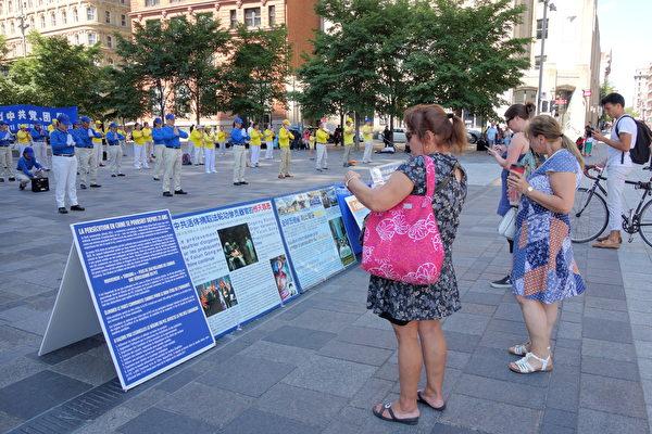 2020年8月8日下午,來自魁北克省和安大略省的部份法輪功學員在滿地可老城的兵器廣場集會,聲援3.6億中國人退出中共黨、團、隊。真相展板上揭露中共隱瞞疫情造成全球病毒大流行、活摘器官等罪行,民眾紛紛前來了解詳情。(大紀元)