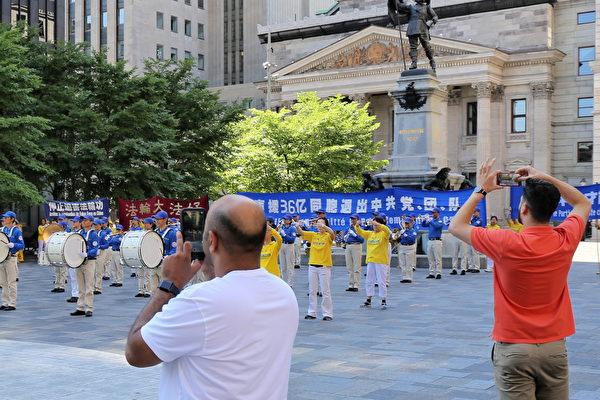 2020年8月8日下午,來自魁北克省和安大略省的部份法輪功學員在滿地可老城的兵器廣場集會,聲援3.6億中國人退出中共黨、團、隊。活動中有天國樂團演奏和法輪功學員集體煉功,吸引過往行人、遊客駐足觀看。(大紀元)