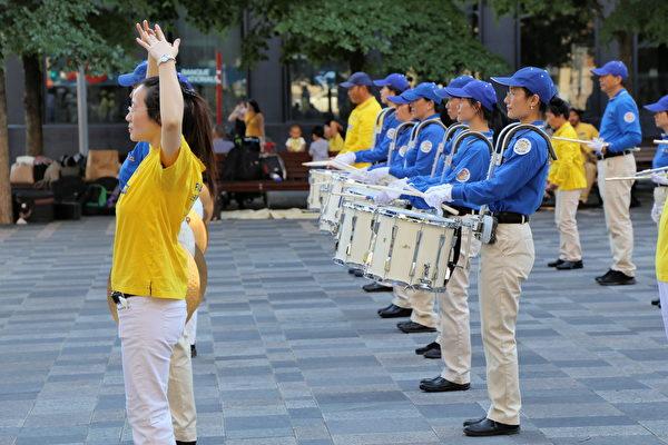 2020年8月8日下午,來自魁北克省和安大略省的部份法輪功學員在滿地可老城的兵器廣場集會,聲援3.6億中國人退出中共黨、團、隊。活動中有天國樂團演奏和法輪功學員集體煉功,吸引眾多過往行人、遊客駐足觀看。(大紀元)