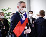 布拉格市长开心秀台湾同学卡片 将洽谈台捷直航