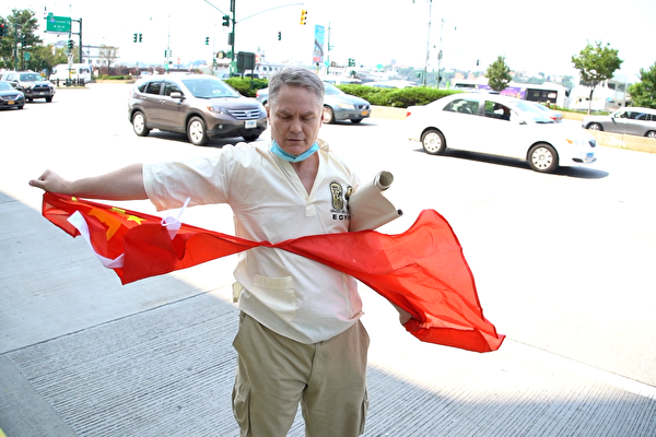 白人中领馆前怒撕五星旗 抗议中共瞒疫致全球大流行