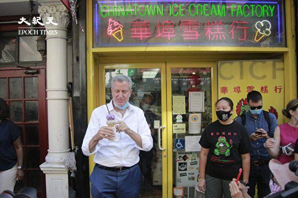 纽约市长白思豪访华埠  热天大啖雪糕 户外享中餐