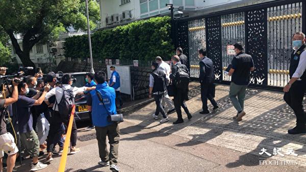 壹傳媒創辦人黎智英早上在律師陪同下,由探員帶離何文田大宅。圖為他離開時被戴上手扣。(梁珍/大紀元)