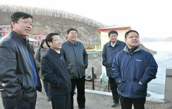 2012年3月李傳良(右)在居民供水淨水廠改造現場研究勘查。(李傳良提供)