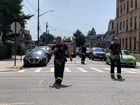 消防员撤离。