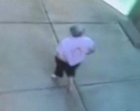 从街头监控镜头也可看见,老人后背的衣服上一大块被火烧的痕迹。