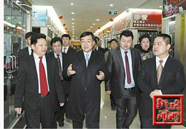 2012年李傳良(右)在雞西義烏商品城調研工作。(李傳良提供)