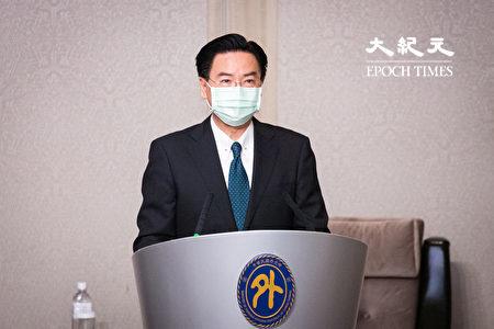 美国卫生部长艾萨(Alex Azar)与外交部长吴钊燮11日举行双部长见面会。图为吴钊燮致词。