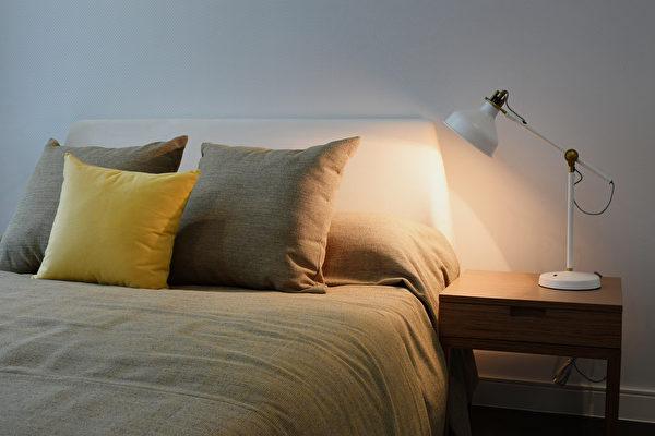 缺氧會造成失眠,枕頭、床墊、被單等床上用品該如何挑選?(Shutterstock)