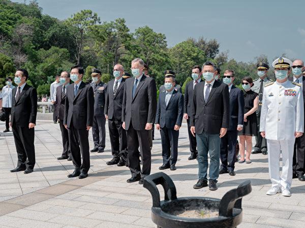 今年八二三戰役62周年,美國在台協會(AIT)台北辦事處處長酈英傑首度出席,在目前國際局勢與兩岸變動時刻,AIT此舉意義重大。(台灣總統府提供)