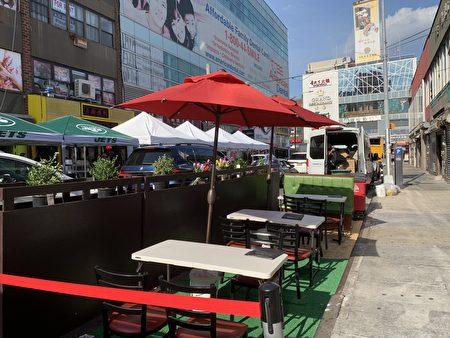 """法拉盛40路""""新十里香""""餐馆提供户外用餐。"""
