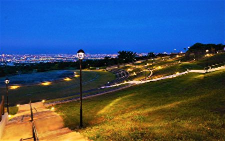 望高寮设置景观高灯,提供动线系统的夜间照明需求,并导入防眩光灯具,以地道灯引导行走的动线,营造星空感光的特色环境。