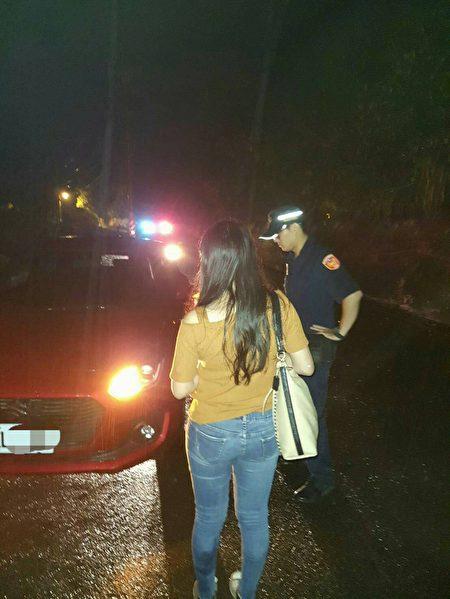 大雨落石民众困在尖石山区,新竹县警察局横山分局员警帮助脱困返家