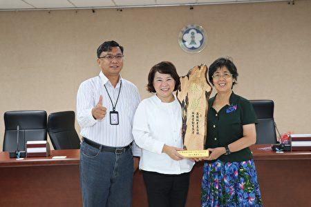 市长黄敏惠颁奖给李淑瑛老师。