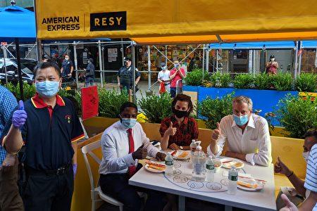 白思豪率市府官员在华埠户外用餐,表达对中餐馆的支持。