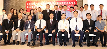长庚大学、长庚纪念医院与台湾软电公司签署技转合约,与会人员合影。