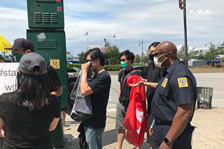 撐港民眾「路過」中共領事館時,遭警察驅離。