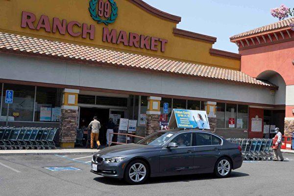 8月1日,真相車隊經過華人超市。(周容/大紀元)