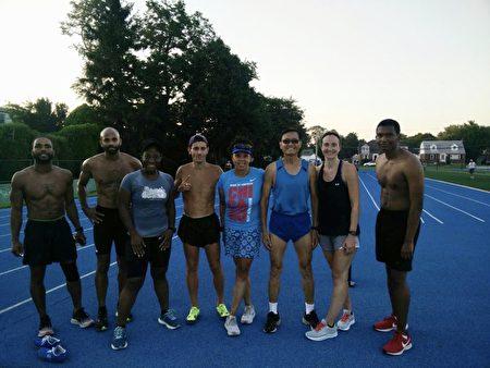 李元(右三)和年輕的馬拉松和中長跑愛好者,在疫情期間堅持訓練。