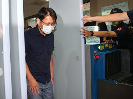 徐永明原订5日出席时力纪律委员会说明案情,不过下午时突然宣布退党。