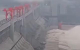 三峡大坝11孔泄洪 重庆寸滩遇百年最大洪水