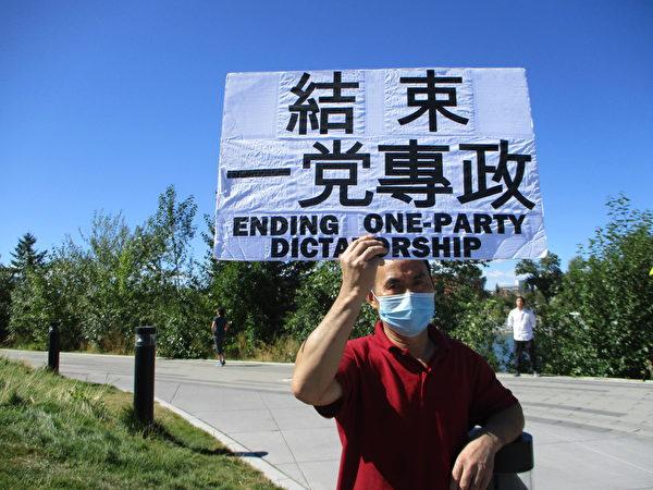 部份卡城居民在市中心公園的和平橋前集會,記念一年前的香港8.31事件。(林采楓/大紀元)