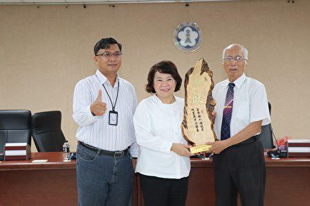 市长黄敏惠颁奖给陈喜彦老师。