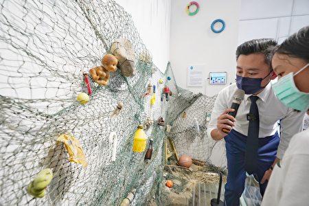 林智坚跟孩子们一起参观为呼吁民众重视海洋废弃物问题,由香山少年净滩团用废弃物做出的杂货铺艺术装置。