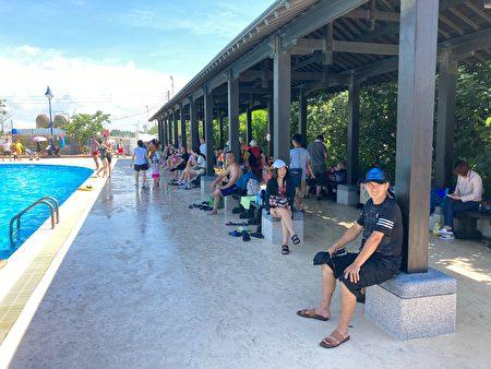 考量大安滨海游客中心正前方沙滩上的木构长廊,影响欣赏大安湛蓝的海景及美丽的晚霞,将其完整保留迁移到游泳池畔。