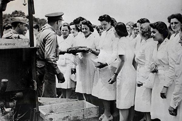 二战护士105岁生日 美国市府办游行致敬