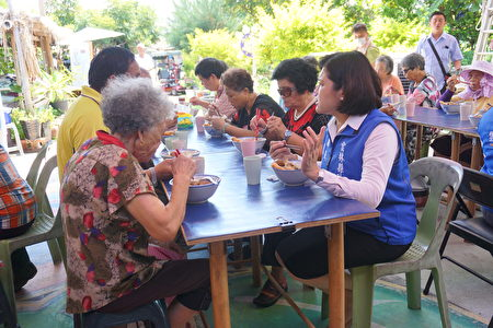 县长张丽善与长者共享午餐话家常。