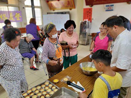 """嘉义县东石乡鳌鼓巷弄长照站,于日前特别邀请""""银发族手作蛋塔""""烹饪老师到场,教导长辈烹饪课程,享受手做蛋塔的乐趣。"""