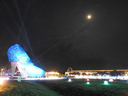 """2020盛夏""""追光逐影艺术季"""",布袋高跟鞋教堂园区灯光通明,与月光交互辉映,追光逐影的游客从各个角度,争相捕捉镜头。"""