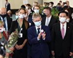 捷克团抵台湾桃园机场 配徽章象征两国情谊