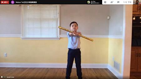 低年级学生演讲中拿出金箍棒模仿孙悟空,十分有趣。