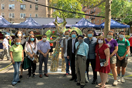 """""""牛转乾坤""""室外装置艺术展及""""New York on PAUSE""""摄影展开幕,众人为防疫前线人员加油。"""