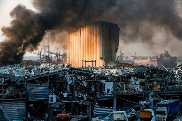 2020年8月4日在黎巴嫩首都貝魯特港口的爆炸現場,一個糧倉遭到嚴重破壞。(MARWAN TAHTAH/AFP via Getty Images)