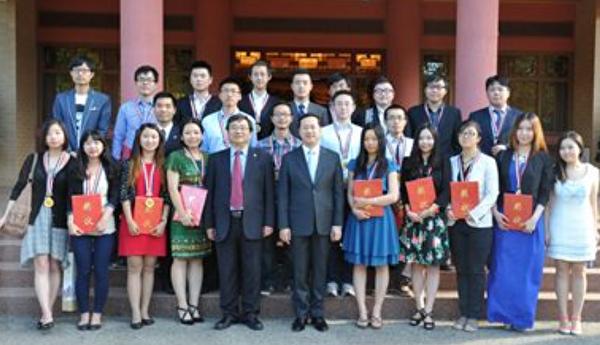 2013年11月22日,在中共駐澳洲大使館內,中共大使馬朝旭向26人頒發了「澳洲2013年優秀學聯幹部獎」。(網絡截圖)